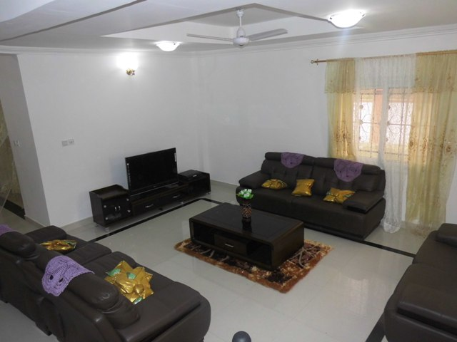 A lovely furnished 3 bedrooms Juffure house to let.