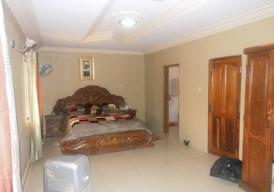 3bedrooms furnished storey apartment located in Lamin